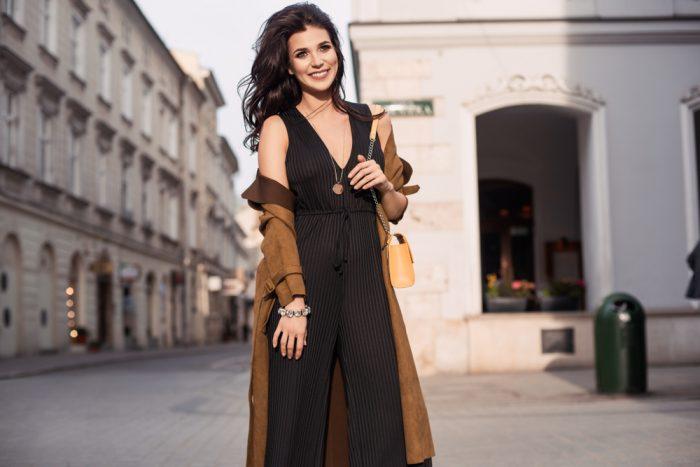 donna con abbigliamento e accessori fashion